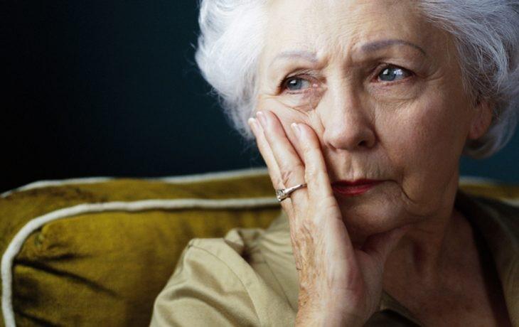 Mulher idosa com depressão