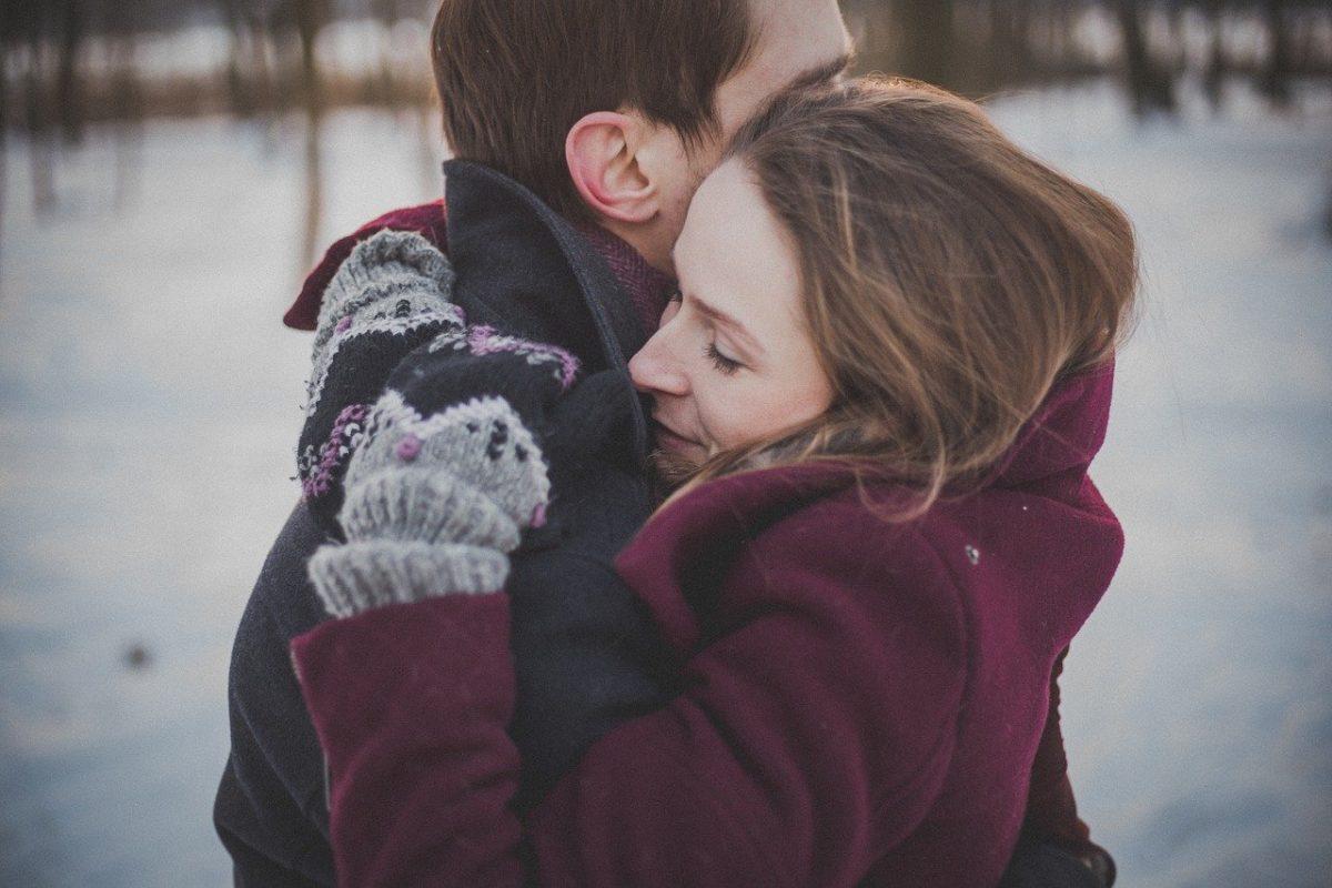 Casal de ex namorados se abraçam e voltam ao relacionamento