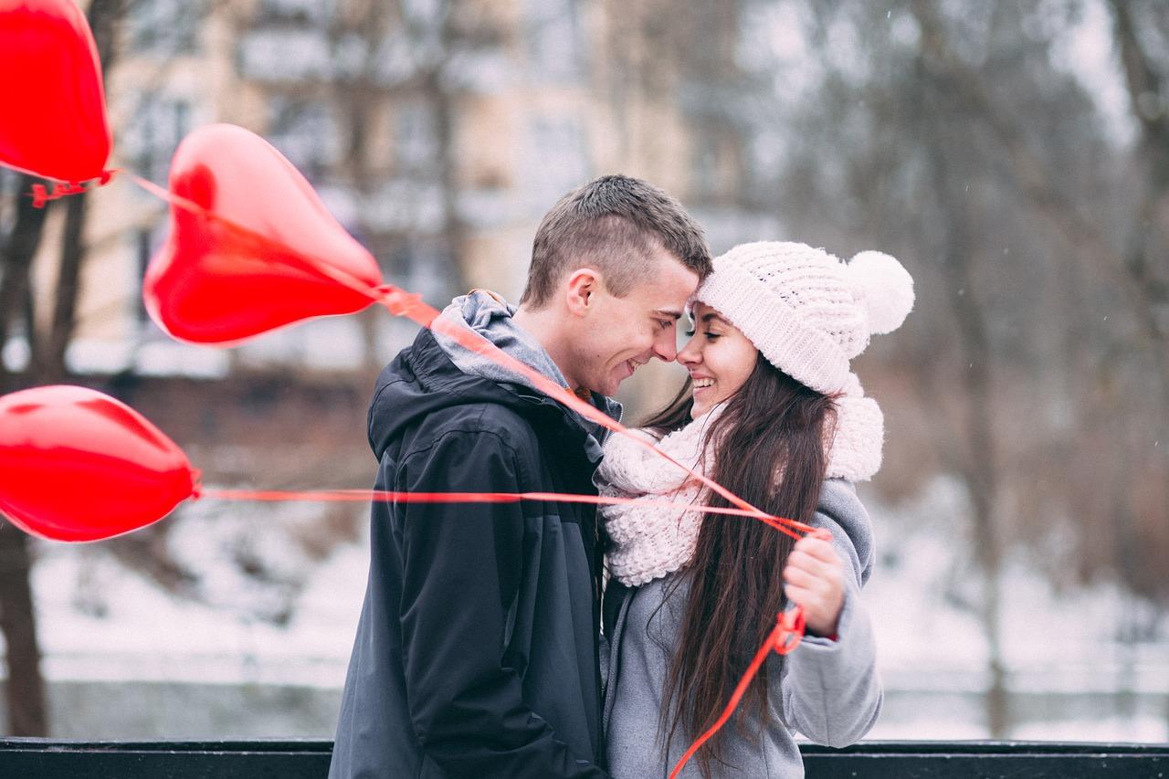 Casal feliz se encontra após anos de namoro à distância